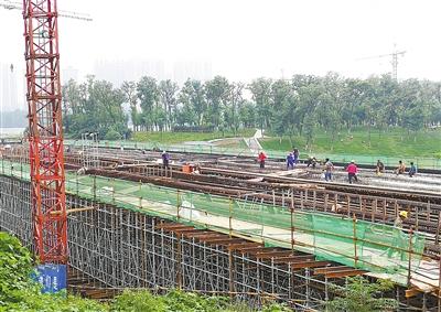 8月29日,施工人员在稻香路湛河桥建设现场铺设桥面腹板钢筋网.